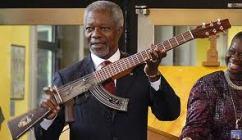 Kofi Annan with an AK-47 transformed guitar