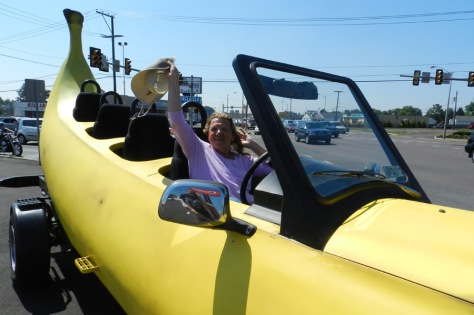 banana_car_pic_large_liz-waving-hat