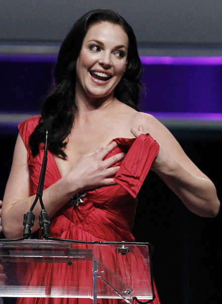 In 2010, actress Katherine Heigl was accepting the Female Star of the Year Award at ShoWest when em dress came undone, almost showcasing em breast