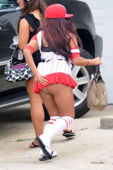 While out and about in 2010, Jersey Shore star Snooki em wear skirt wey dey short so we go fit see way more than anyone wan see