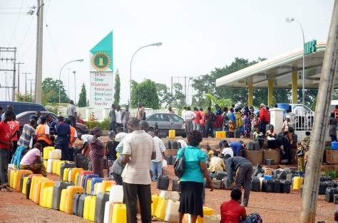 KEROSINE QUEUE/PRESS-2/MY DOCUMENT/MY DOCUMENT/JUNE 09 NIGERIANS STRUGGLING TO BUY KEROSINE AT NNPC MEGA STATION IN ABUJA ON WEDNESDAY (10/6/09). PHOTO; NAN